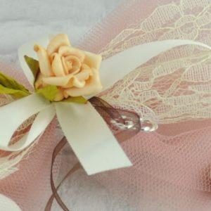 Μπομπονιέρα Γάμου με Τούλι /Λέζα /,Ανθάκι/Μεταλλικές Βέρες MPO402