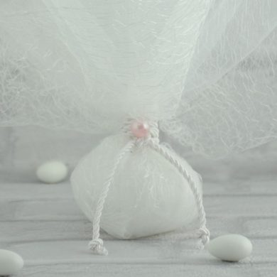 Μπομπονιέρα Γάμου με Τούλι, Δυκτιοτό και Πέρλα MPO103